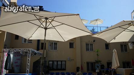 Für den nötigen Schatten sorgten Schirme auf unserer Abireise nach Spanien
